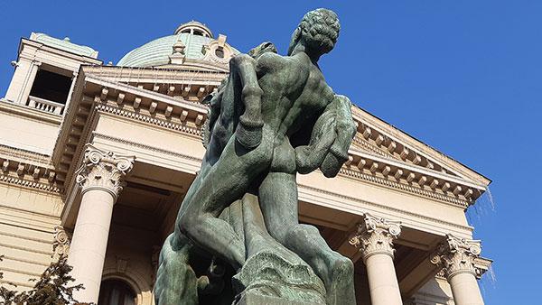 Skulptura ispred Skupštine Srbije