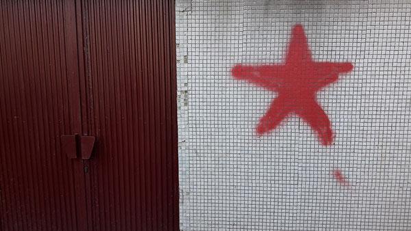 crvena zvezda nacrtana na zidu u Bloku 45, NBGD