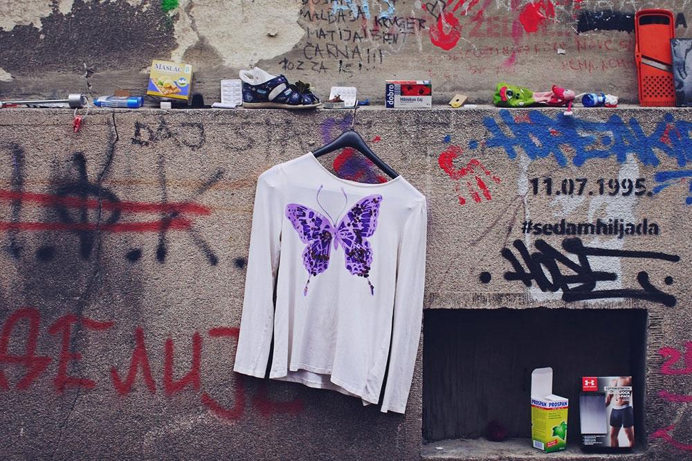 gomila pronađenih stvari kao instalacija u Hilandarskoj ulici, Beograd