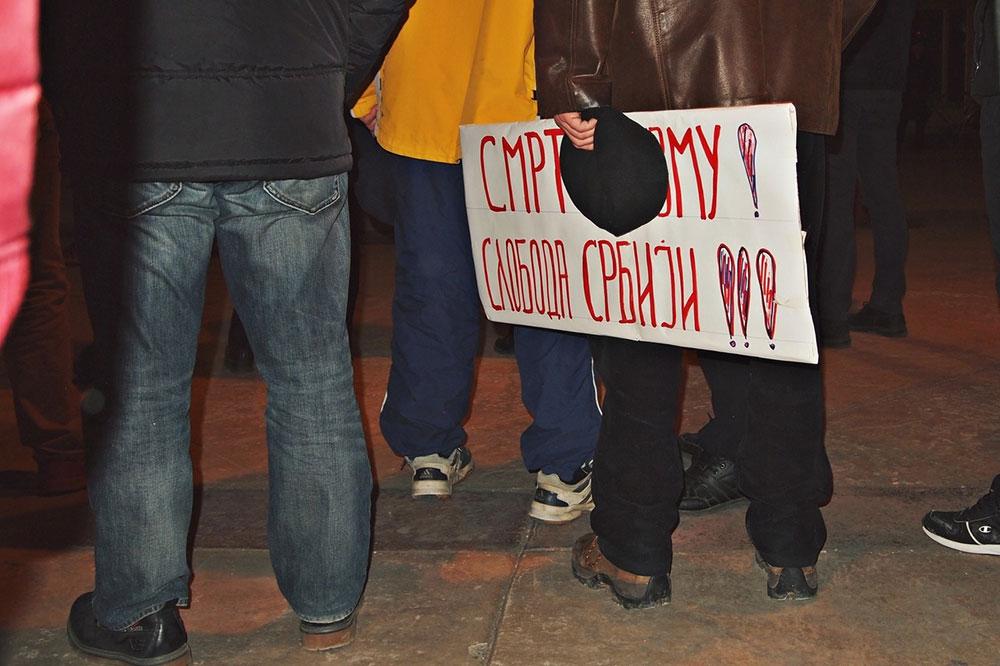 transparent sa protesta : Smrt izmu! Sloboda Srbiji!