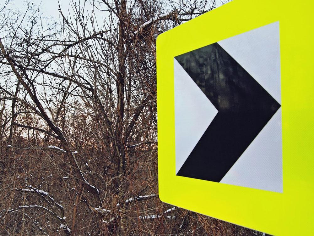 saobraćajni znak za oštru krivinu na desno
