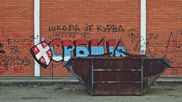 Natpis na zidu: Škola je kurva, Kosovo je Srbija