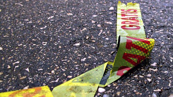 žuta traka na kojoj piše Gratis bačena na cesti