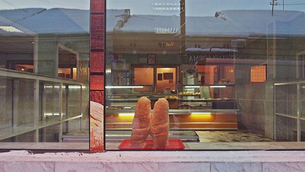 dva hleba u izlogu pekare