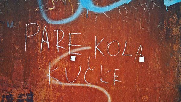 Napisano na zidu: pare, kola, kučke