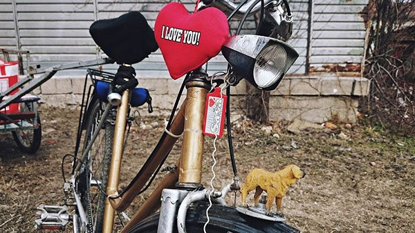 bicikl na kome je zakačeno plišano srce s natpisom I love you!