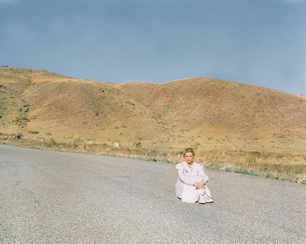 žena sedi na putu