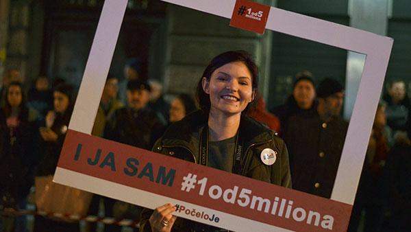 devojka drži kartonski ram na kome piše i ja sam #1od5miliona