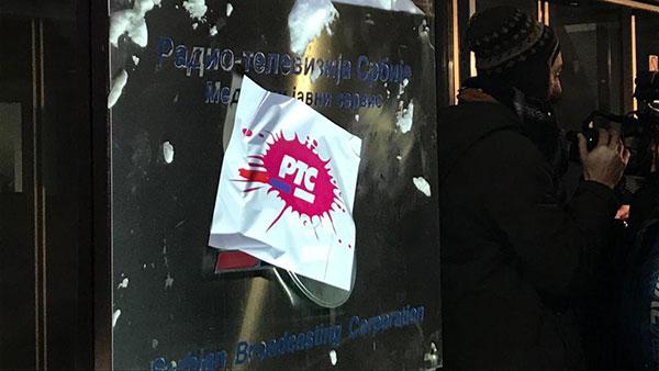 Logo RTS-a kombinovan sa logoom Pinka zalepljen na tablu ispred zgrade RTS-a