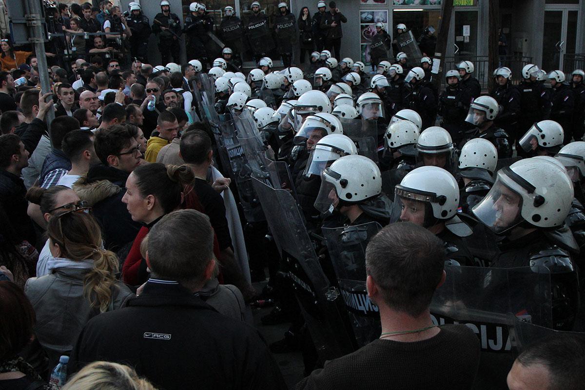 Kordon policije ispret protestanata, Beograd 17.3.2019.