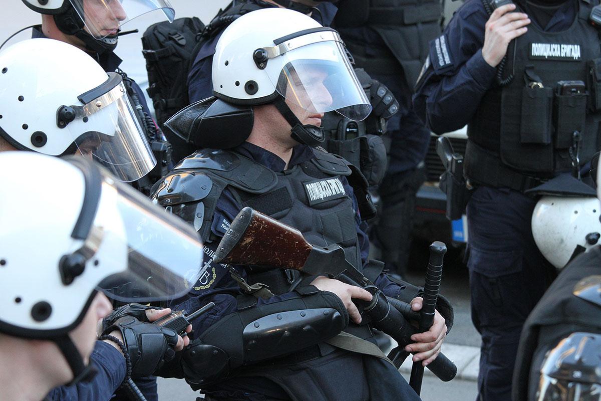 Beograd 17.3.2019, policajac sa puškom za izbacivanje suzavca