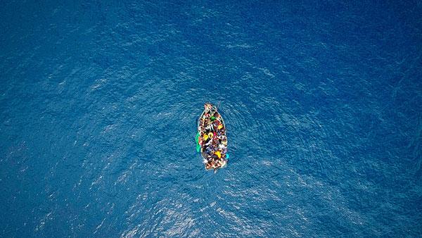 Čamac sa izbeglicama u moru