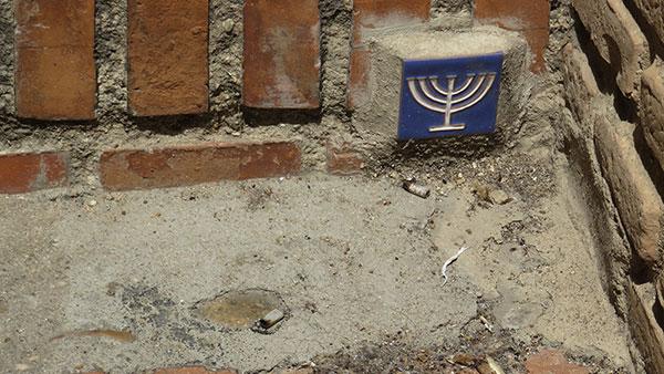 pločica sa sedmokratkim svećnjakom u znak sećanja na jevrejsku četvrt u Toledu