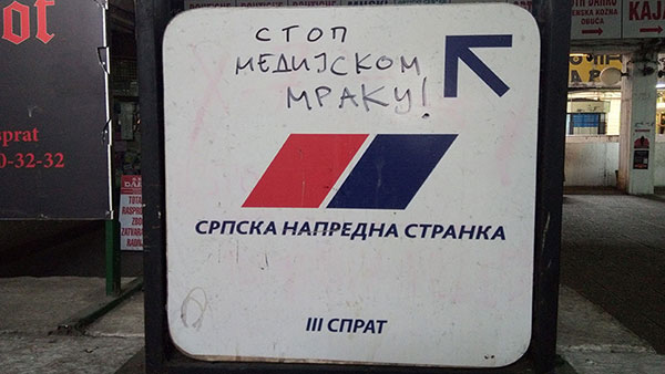 Putokaz sa natpisom SNS, 3.sprat, Merkator, Novi Beograd, na kojoj je dopisano Stop medijskom mraku!