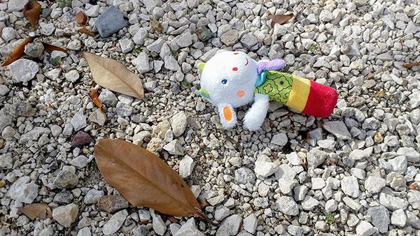 dečja igračka zaboravljena na plaži