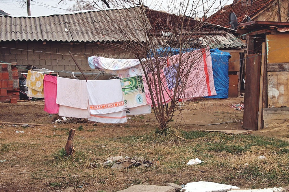 peškiri na žici u dvorištu