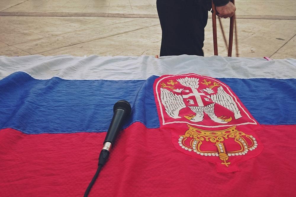 zastava Srbije na kojoj je mikrofon