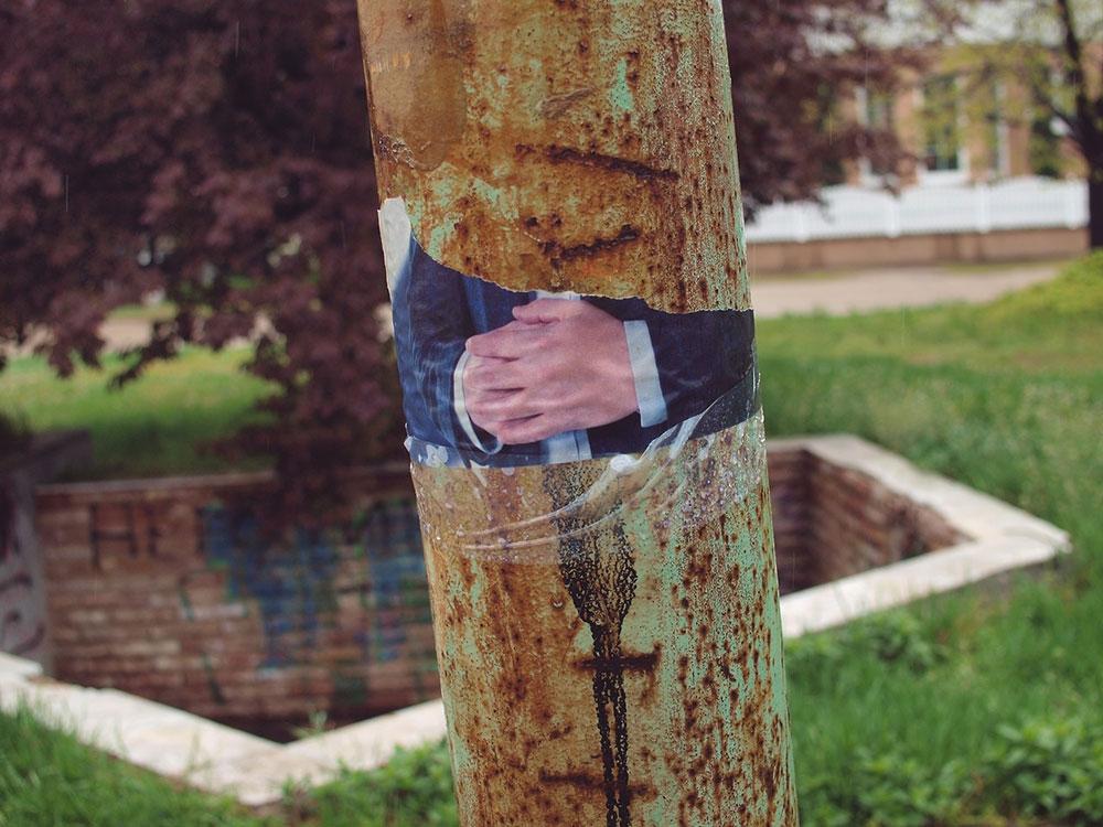 Vučićeve ruke na pocepanom plakatu