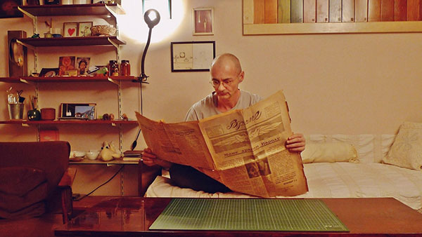 Predrag Trokicić čita novine