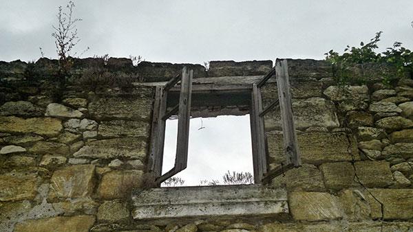 prozor na napuštenoj kamenoj kući bez krova