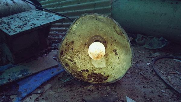Upaljena lampa na smetlištu