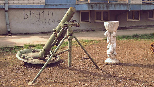 minobacač i ukrasna skulptura u dvorištu
