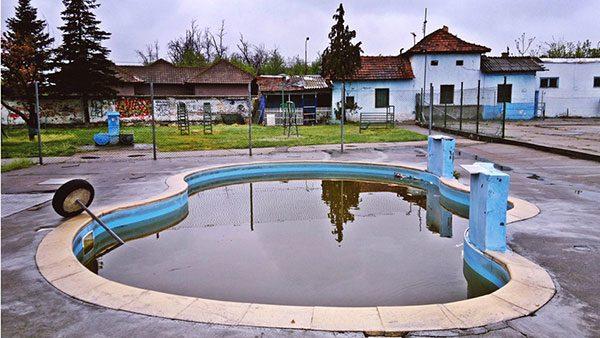 mali bazen napunjen prljavom vodom