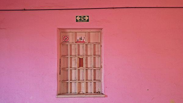 prozor na pink zidu