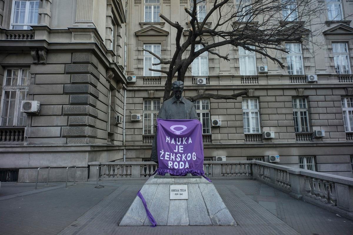 Ljubičasta kecelja na spomeniku Nikoli Tesli ispred Elektrotehničkog fakulteta, 6.3.2019.