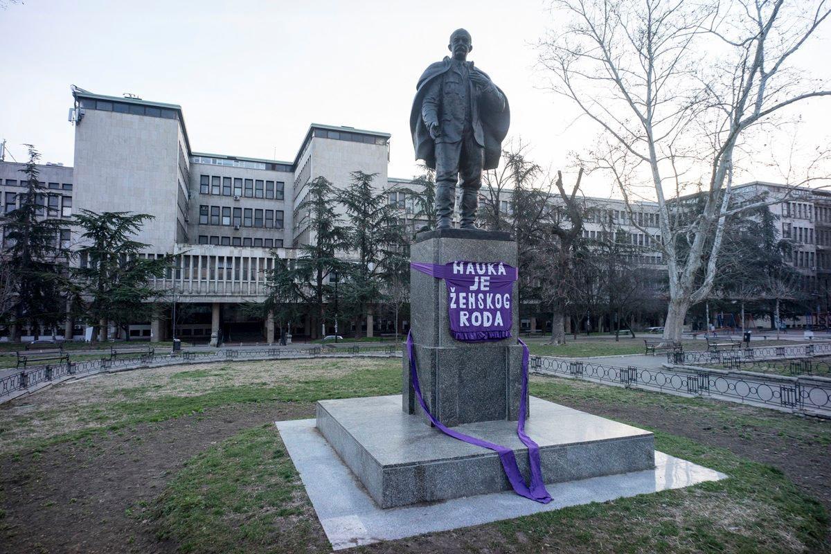 Ljubičasta kecelja na spomeniku Jovanu Cvijiću u Studentskom parku, 6.3.2019.