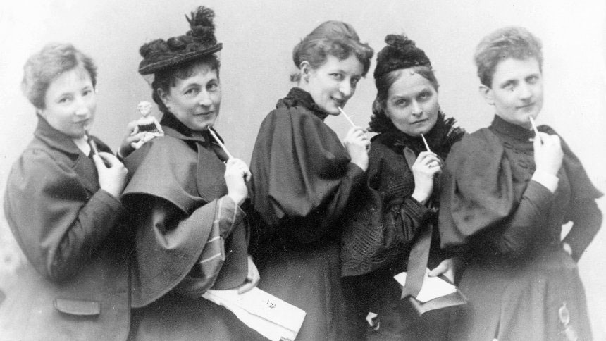 crno-bela fotografija 5 žena sa olovkama i sveskama