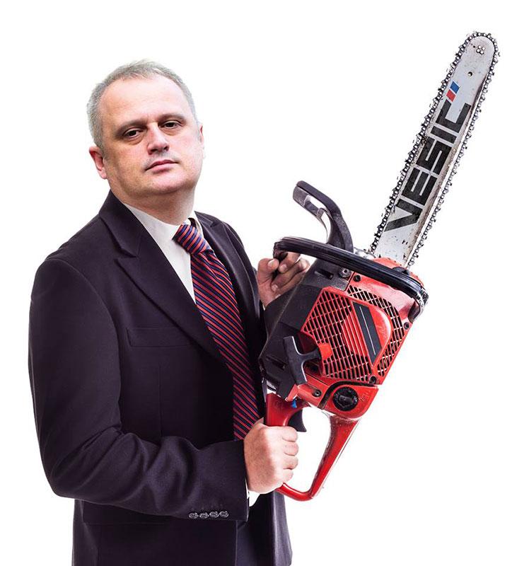 Goran Vesić sa metalnom testerom, Ilustracija: Peščanik