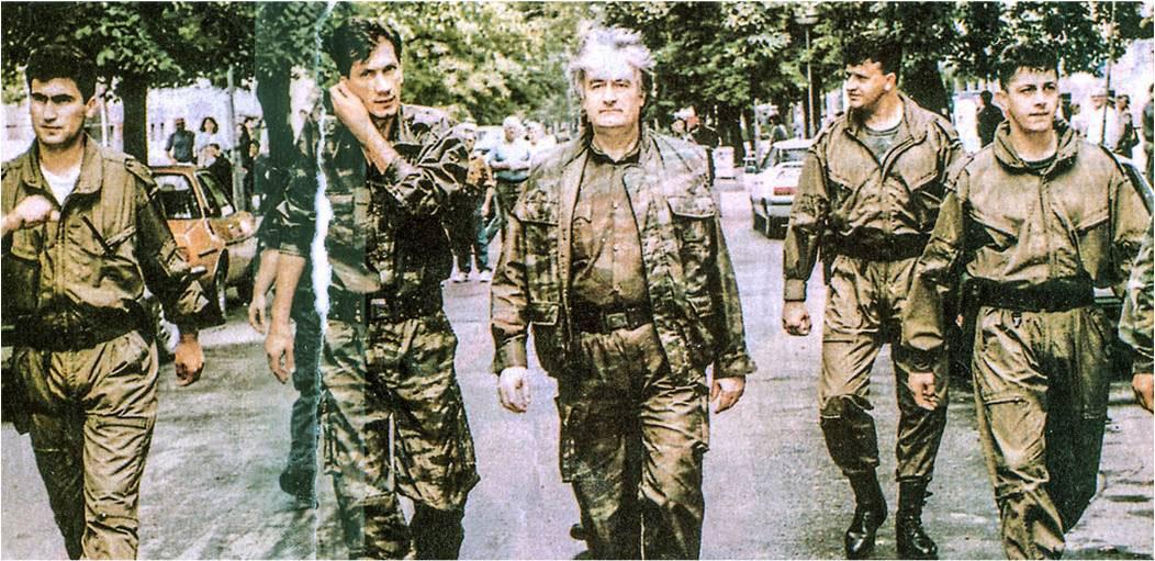 Radovan Karadžić na ulici sa svojim vojnicima