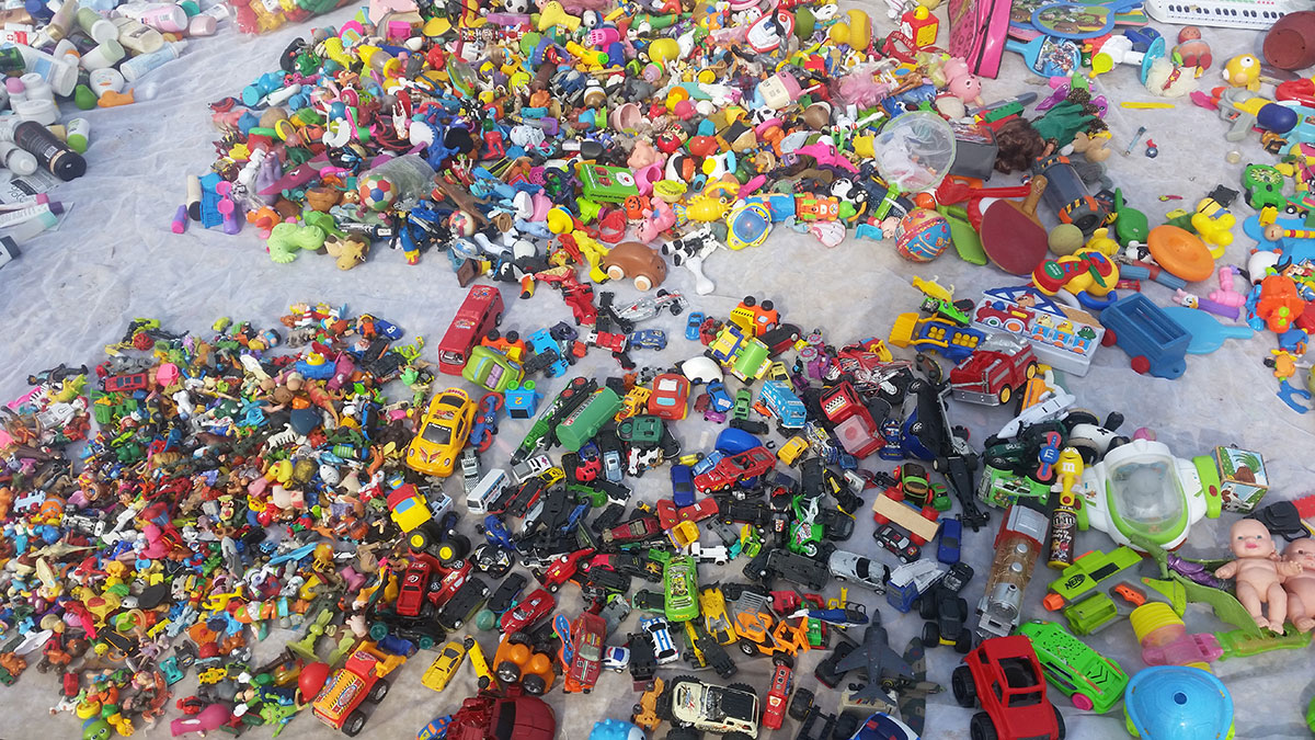 automobilčići - dečije igračke na buvljaku izloženi na prodaju