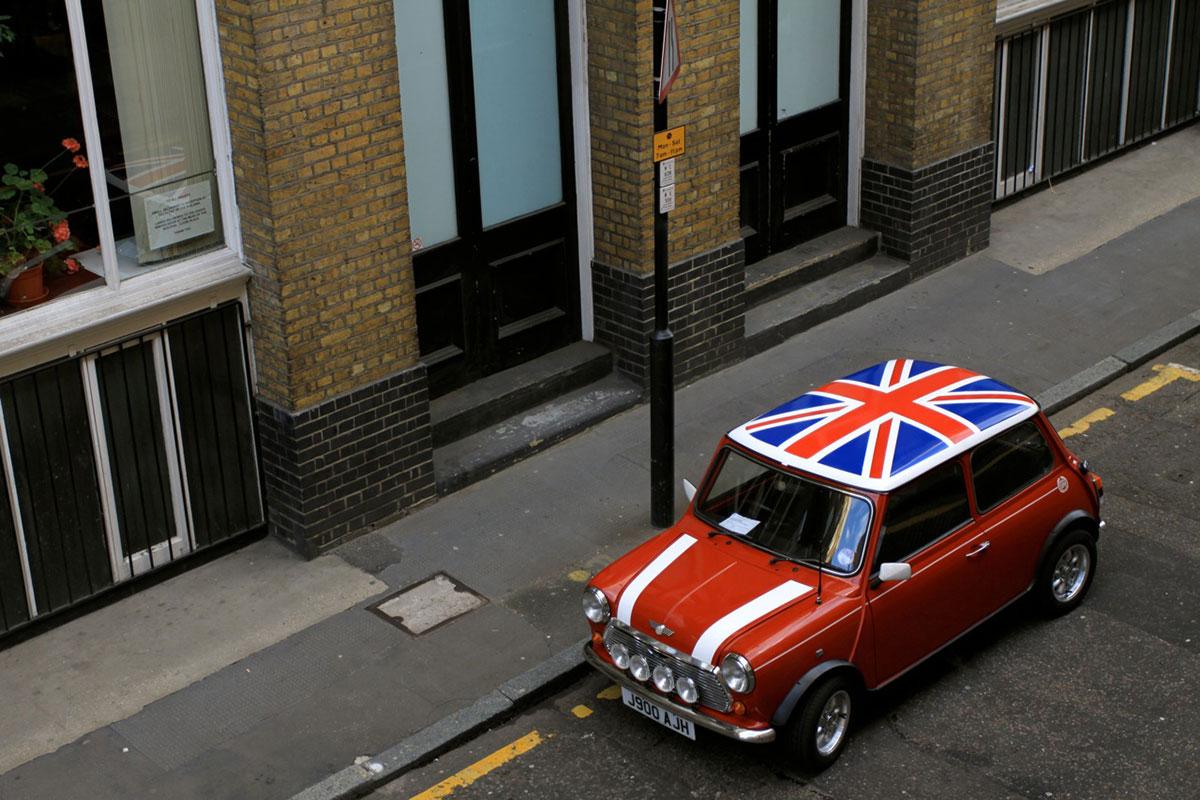 Mini moris sa zastavom britanije na krovu