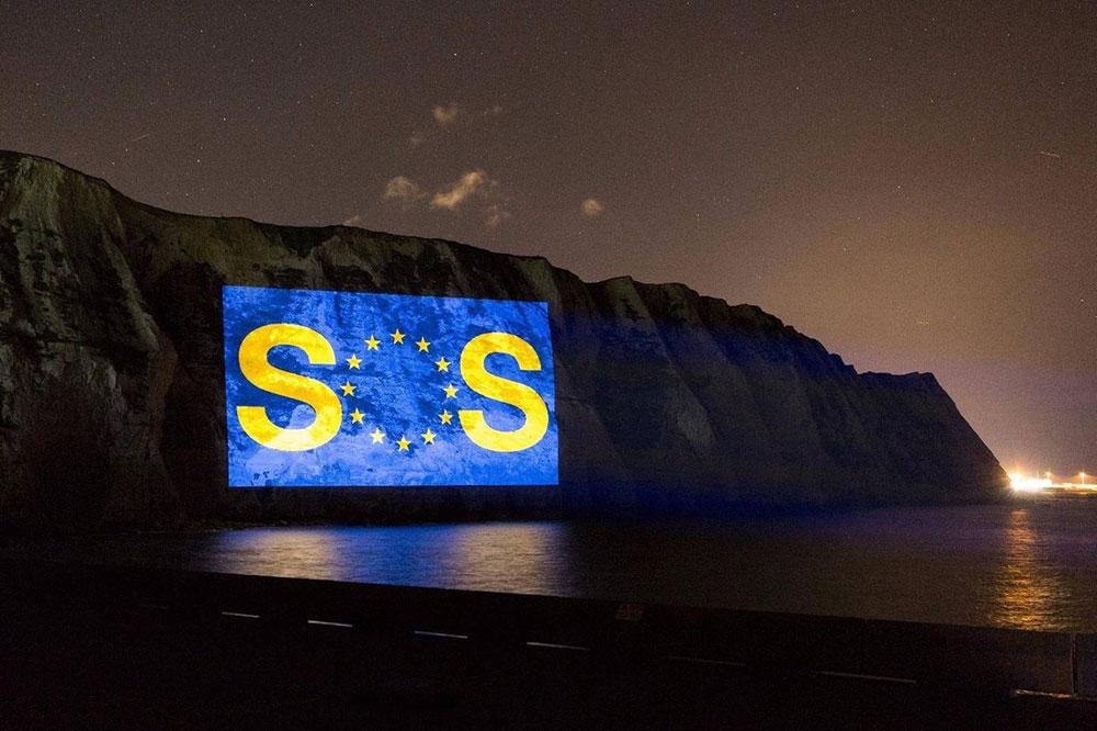 Projekcija SOS znaka na Belim stenama Dovera