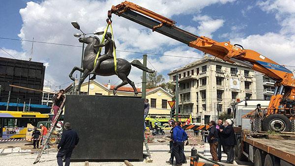 Postavljanje skulpture Aleksandra Velikog u Atini