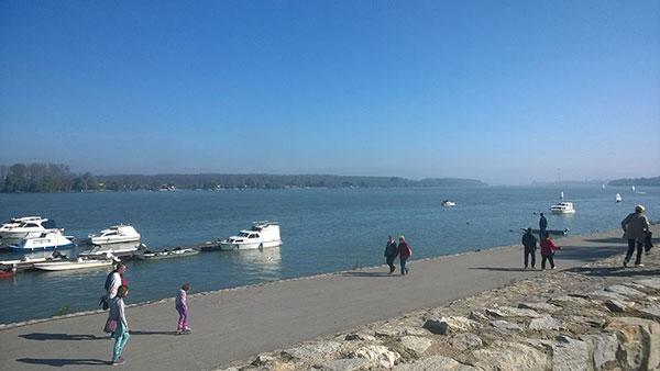 Ljudi šetaju obalom Dunava u Beogradu
