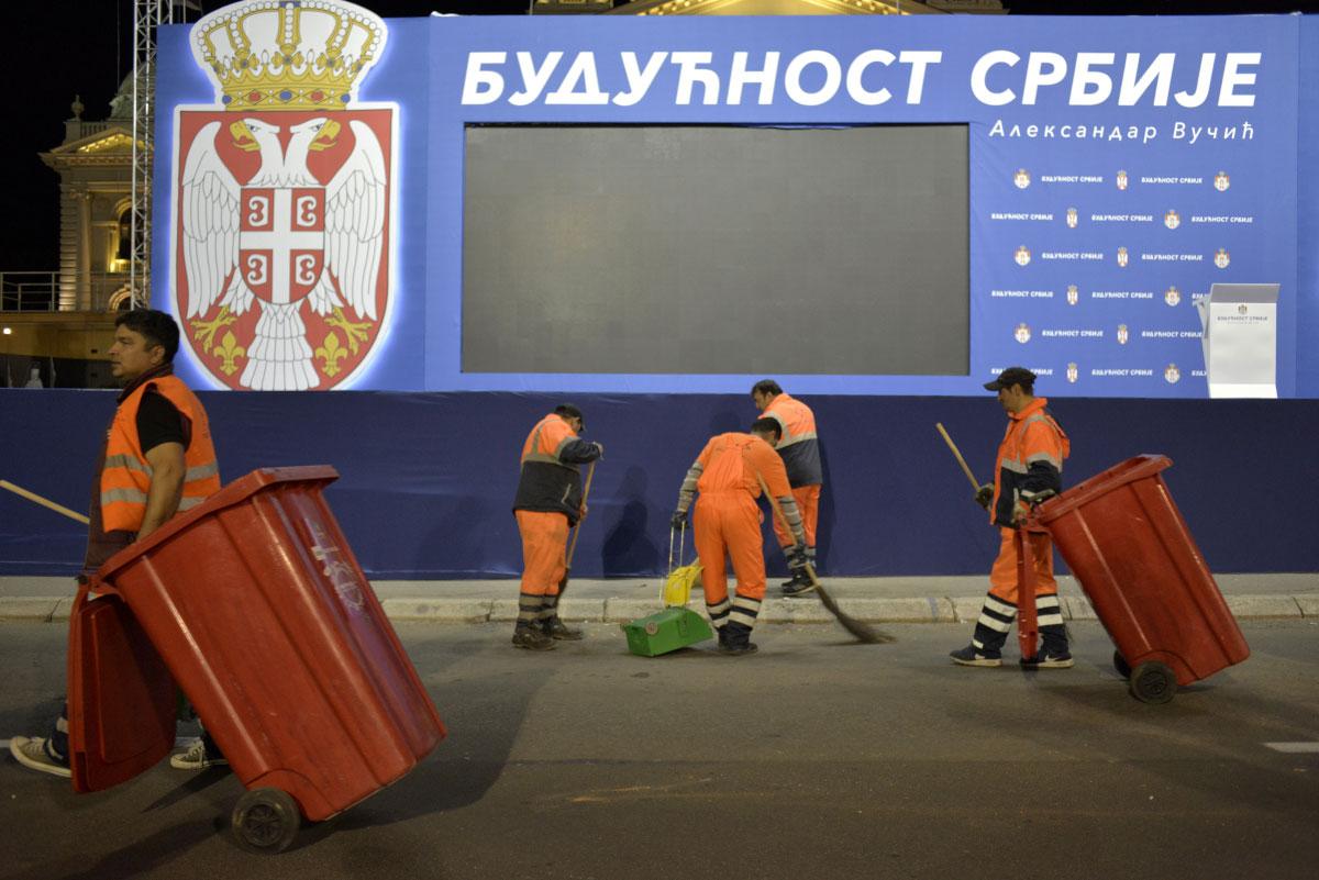 Radnici gradske čistoće čiste prostor ispred Parlamenta Srbije nakon mitinga vlasti 19.04.2019.