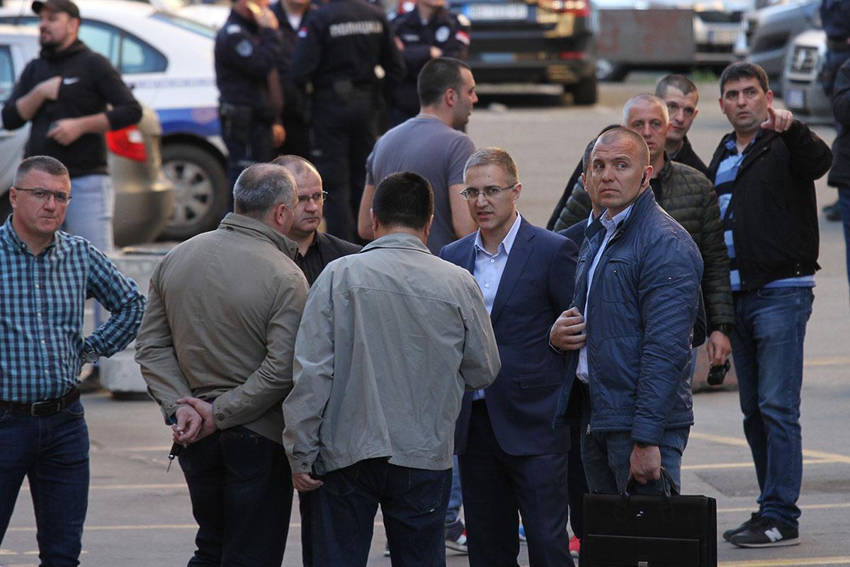 Ministar Stefanović sa policajcima na protestu 1od5 miliona