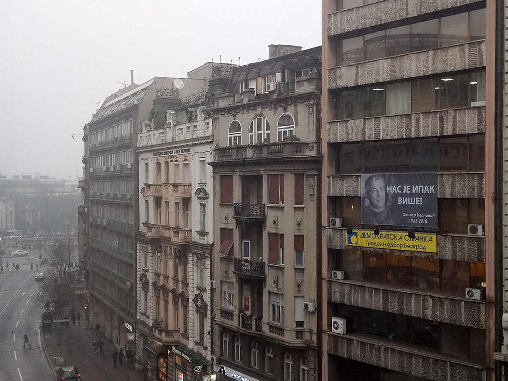 Zgrade u Kolarčevoj ulici u Beogradu, na jednoj je reklama Demokratske stranke i baner sa likom Olivera Ivanovića