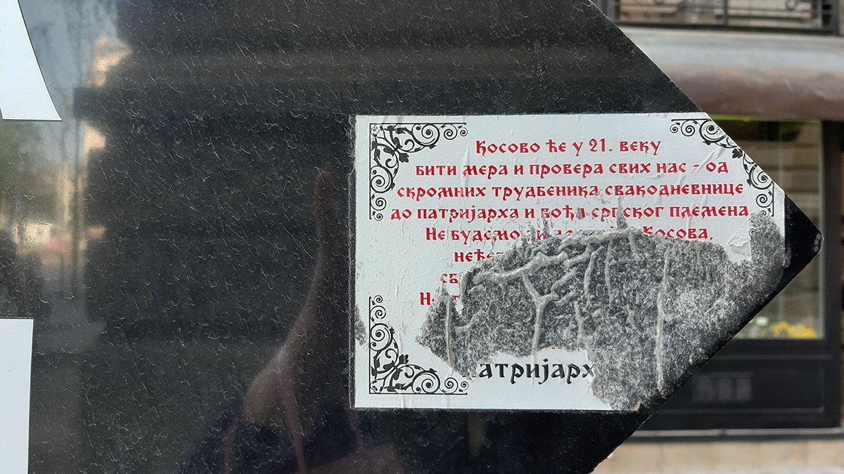 Iscepana nalepnica na saobraćajnom znaku na kojoj su neke izjave patrijarha