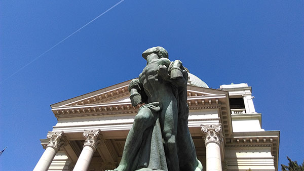 Skulptura čoveka sa konjem ispred Skupštine Srbije
