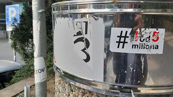 Kanta za smeće na kojoj je zalepljena nalepnica #1od5 miliona