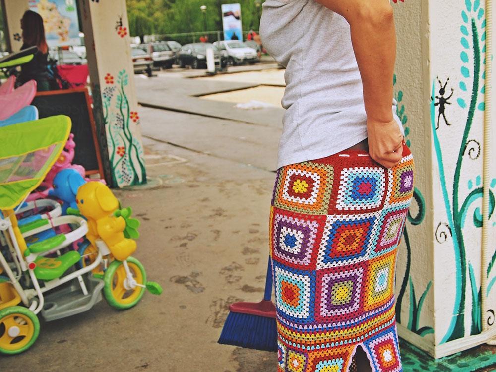 žena u šarenoj suknji