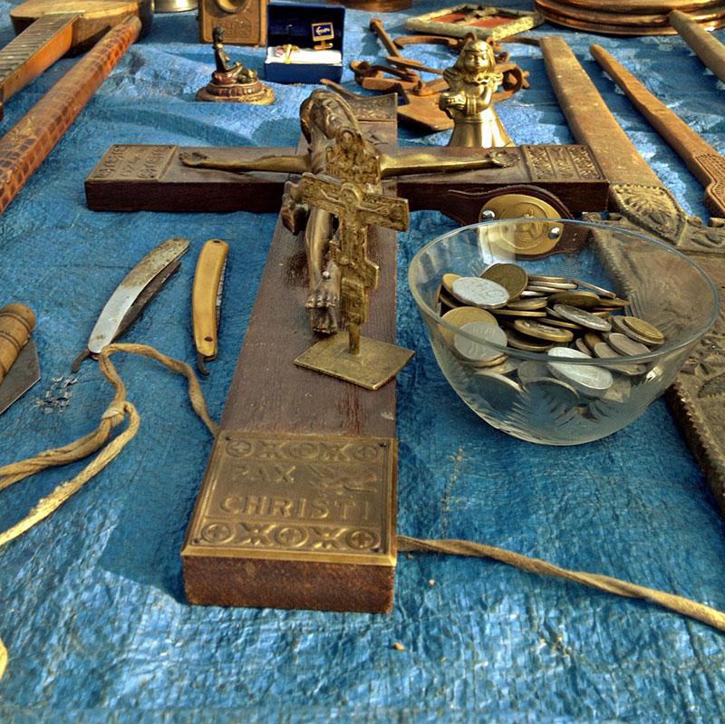 Drveno Kristovo raspeće izloženo na prodaju na buvljaku