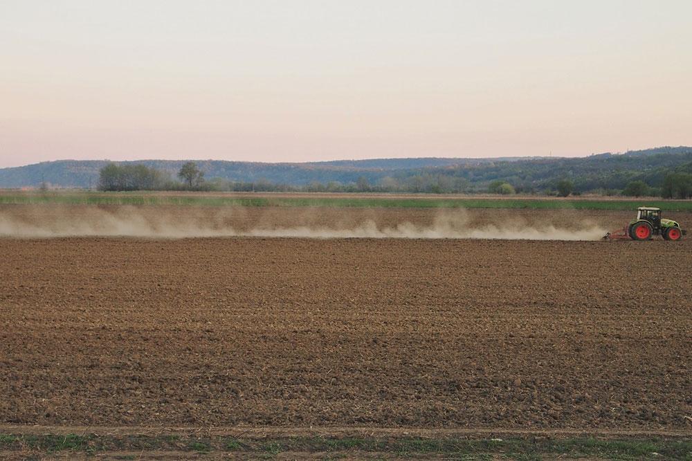 Njiva po kojoj ide traktor