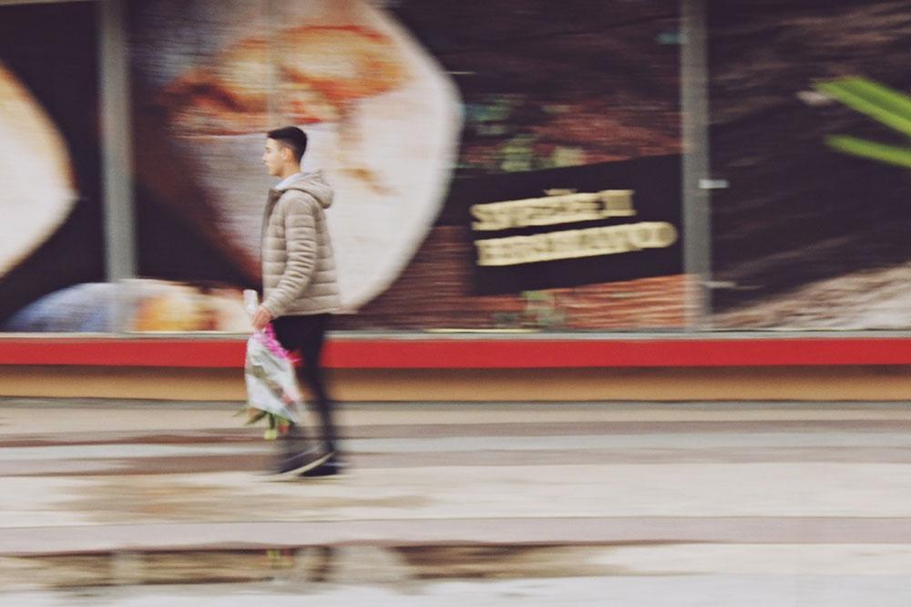 Dečak prolazi pored prodavnice
