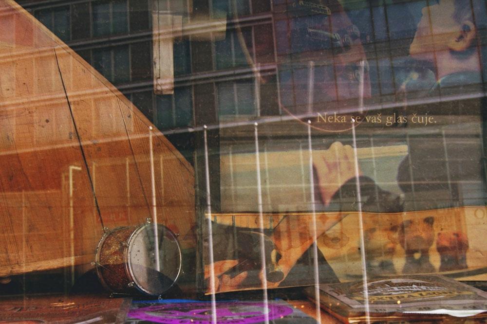 izlog prodavnice muzičkih instrumenata