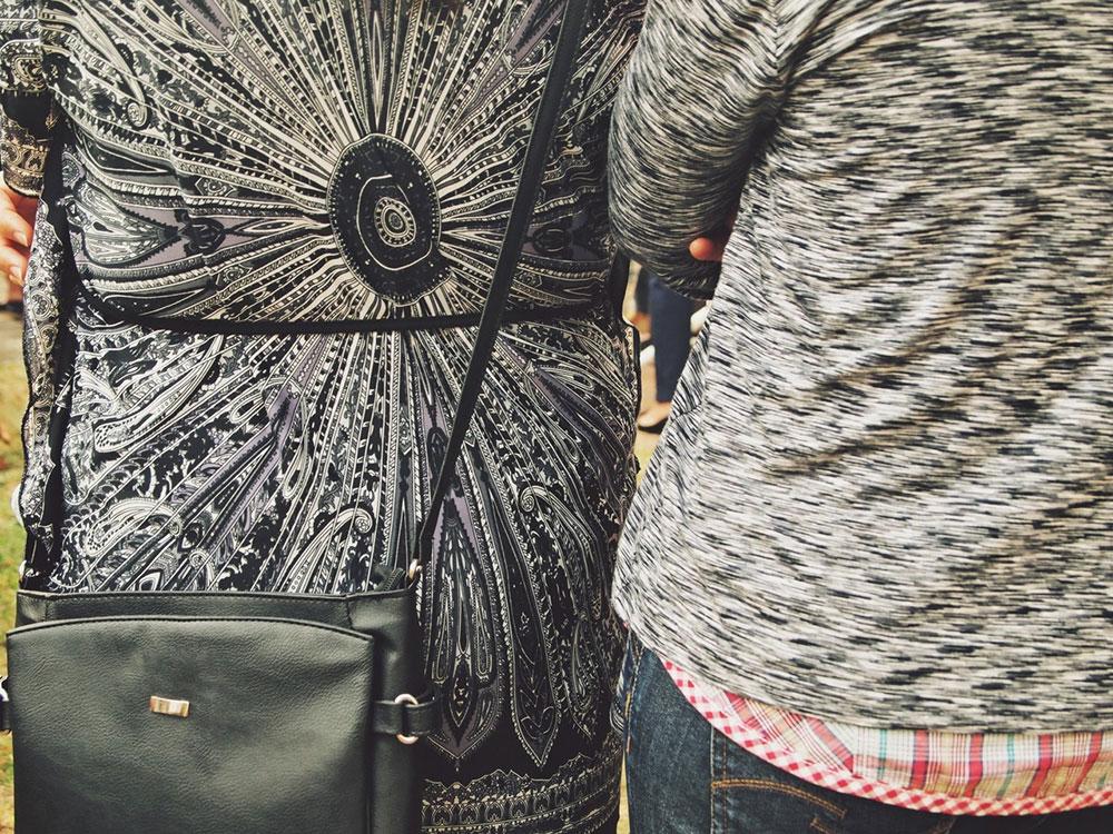 dve žene slikane s leđa